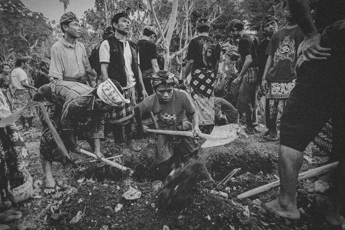 Apel Photography - Street Photography - Journalist Photographers - Bali Masive Cremationan Ceremony - Ngaben di Nusa Penida - Bali Monochrome Photographers (10)