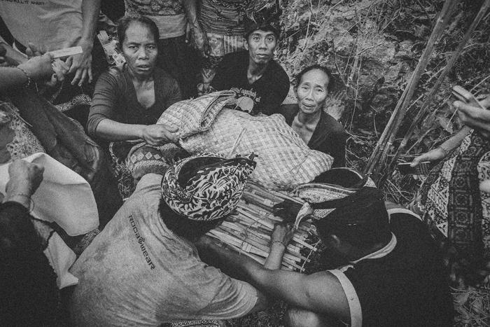 Apel Photography - Street Photography - Journalist Photographers - Bali Masive Cremationan Ceremony - Ngaben di Nusa Penida - Bali Monochrome Photographers (11)