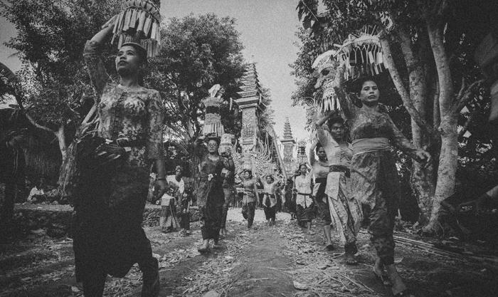 Apel Photography - Street Photography - Journalist Photographers - Bali Masive Cremationan Ceremony - Ngaben di Nusa Penida - Bali Monochrome Photographers (23)