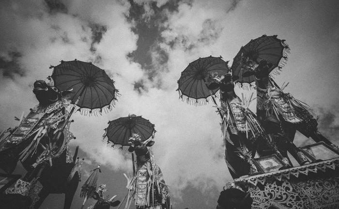 Apel Photography - Street Photography - Journalist Photographers - Bali Masive Cremationan Ceremony - Ngaben di Nusa Penida - Bali Monochrome Photographers (29)