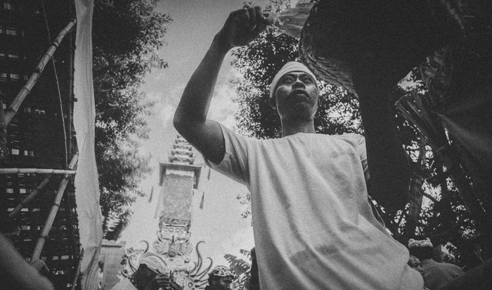 Apel Photography - Street Photography - Journalist Photographers - Bali Masive Cremationan Ceremony - Ngaben di Nusa Penida - Bali Monochrome Photographers (30)
