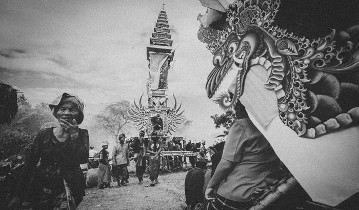 Apel Photography - Street Photography - Journalist Photographers - Bali Masive Cremationan Ceremony - Ngaben di Nusa Penida - Bali Monochrome Photographers (44)