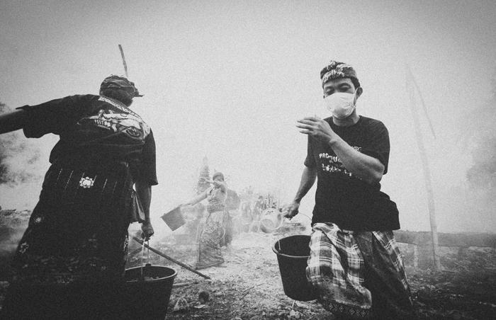 Apel Photography - Street Photography - Journalist Photographers - Bali Masive Cremationan Ceremony - Ngaben di Nusa Penida - Bali Monochrome Photographers (46)