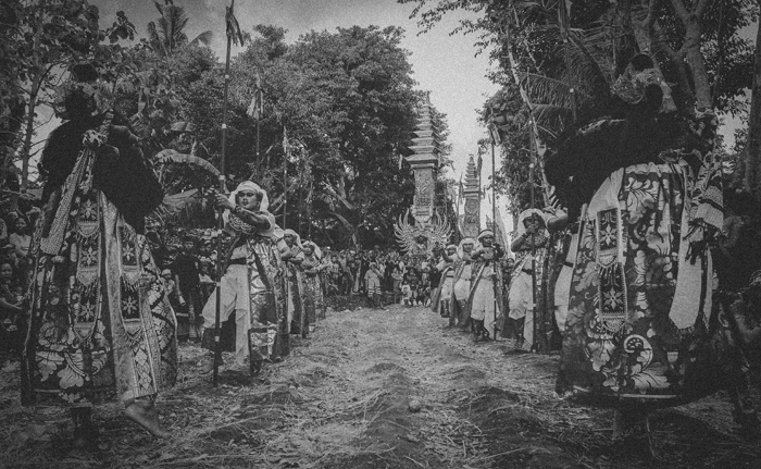 Apel Photography - Street Photography - Journalist Photographers - Bali Masive Cremationan Ceremony - Ngaben di Nusa Penida - Bali Monochrome Photographers (6)